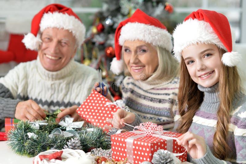 Familie mit Weihnachtsgeschenken stockfotografie