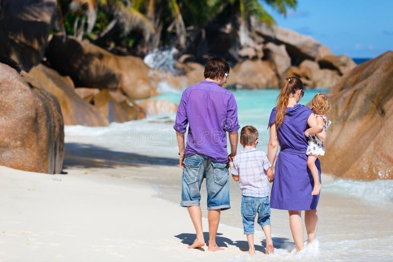 Familie mit zwei Kindern auf Ferien stockbilder