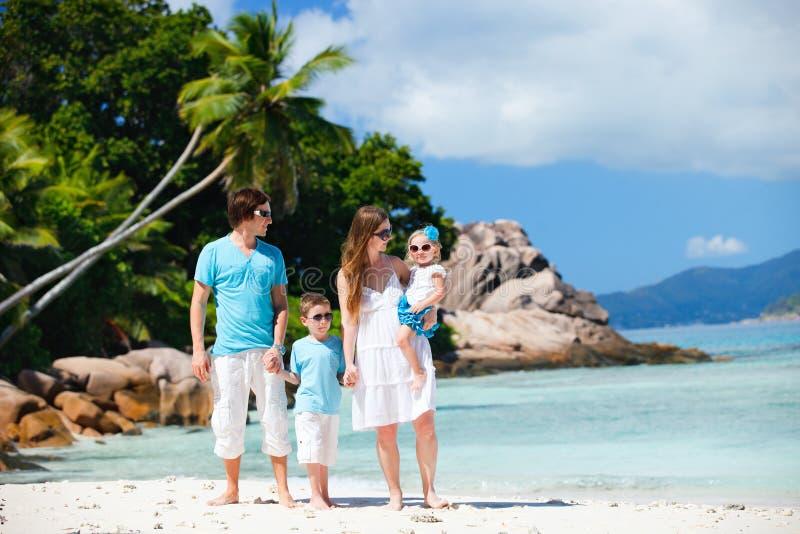 Familie mit zwei Kindern auf Ferien lizenzfreies stockfoto