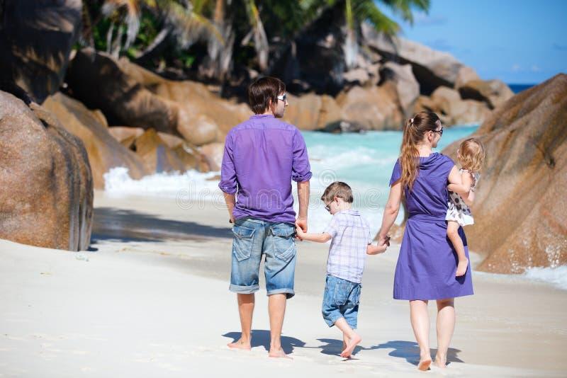 Familie mit zwei Kindern auf Ferien stockfotos