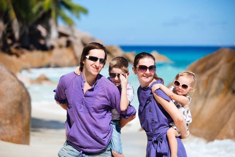 Familie mit zwei Kindern auf Ferien lizenzfreie stockbilder