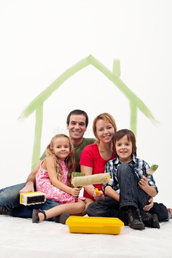 familie mit zwei kindern die ihr haus neu streichen stockfoto bild von m nner spa 28920224. Black Bedroom Furniture Sets. Home Design Ideas