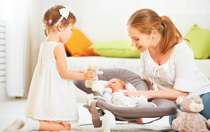 Familie moeder en kinderen pasgeboren baby en grote zuster stock foto's