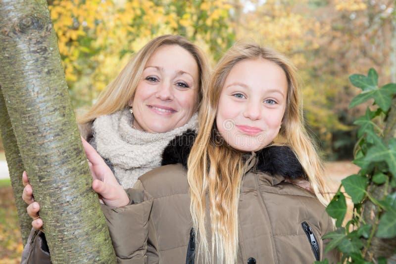 familie in moeder van het de herfst de bosblonde en blonde dochter royalty-vrije stock foto's
