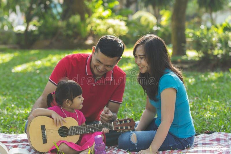 Familie, Musik und Freude stockfotos