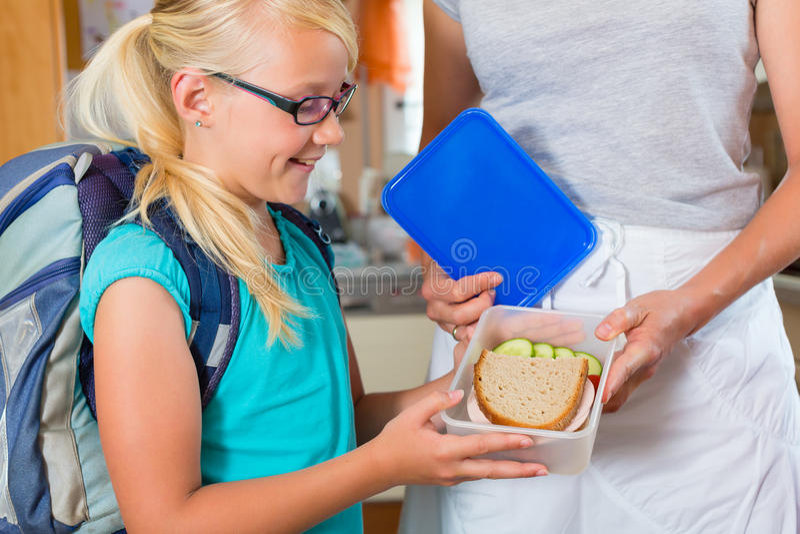Familie - Mutter, die Frühstück für Schule bildet lizenzfreies stockbild