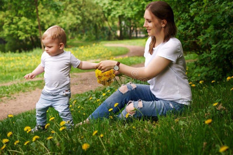 familie Mutter und Sohn im Park lizenzfreies stockfoto