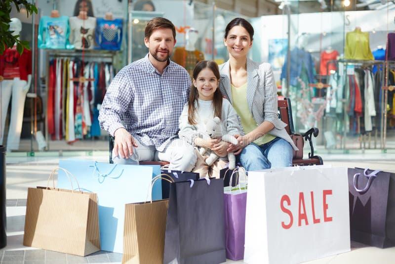 Familie na het winkelen royalty-vrije stock foto