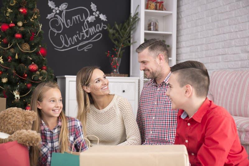Familie naast Kerstboom stock afbeeldingen