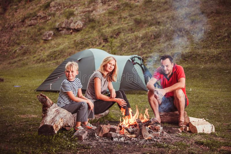 Familie nahe dem Feuer im Wald stockfoto