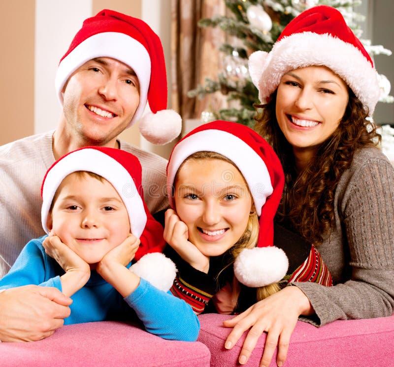 Familie nahe dem Weihnachtsbaum lizenzfreie stockfotografie