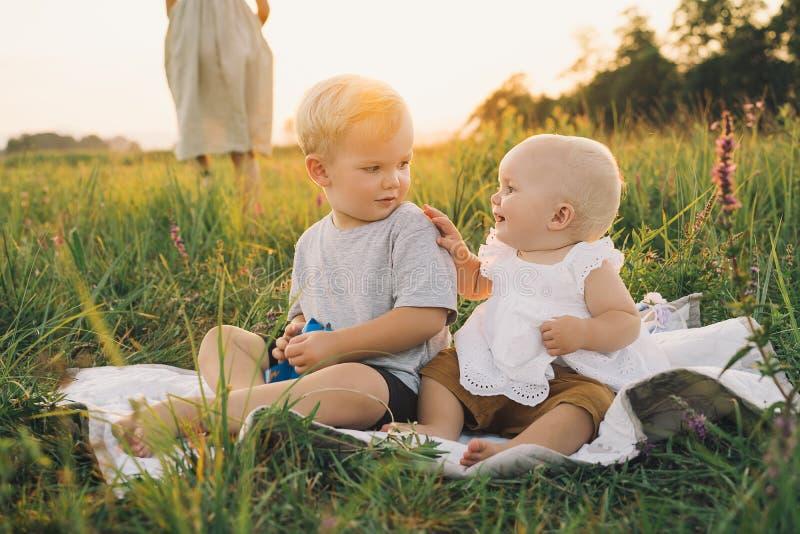 Familie op aard Kinderen die in openlucht spelen royalty-vrije stock foto's