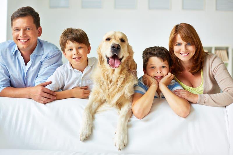 Familie op bank stock afbeeldingen