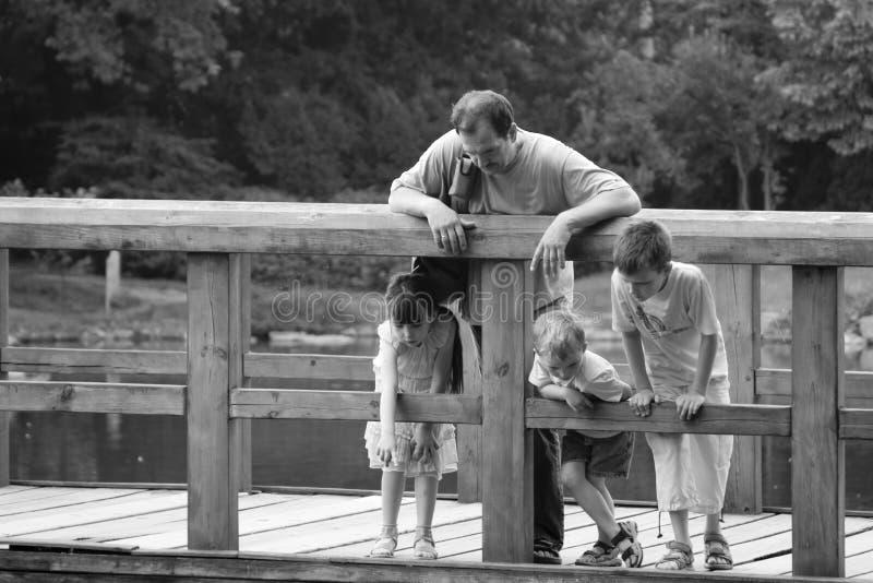 Familie op brug royalty-vrije stock afbeelding