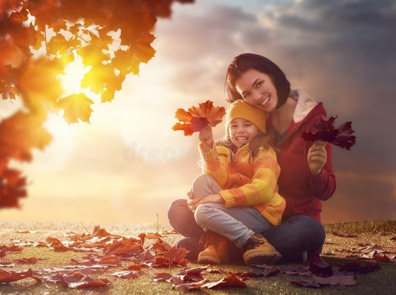 Familie op de herfstgang royalty-vrije stock afbeeldingen