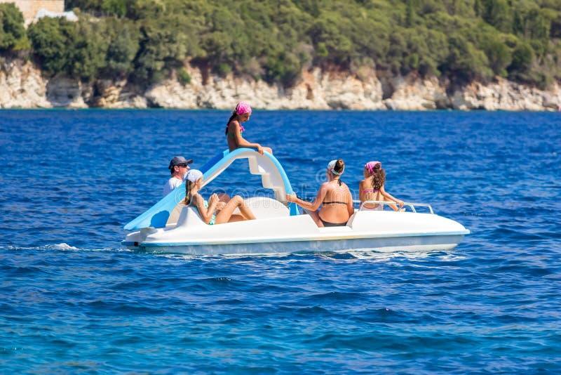 Familie op de pedaalboot stock foto's