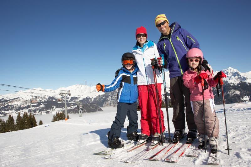 Familie op de Vakantie van de Ski in Bergen stock afbeeldingen