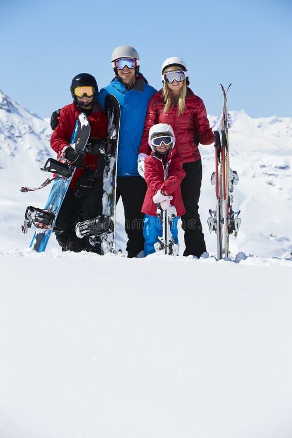 Familie op de Vakantie van de Ski in Bergen stock foto's