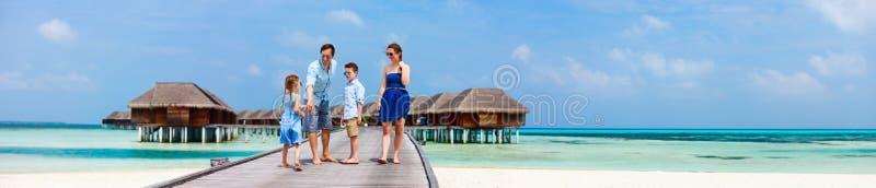 Familie op de vakantie van het luxestrand stock fotografie
