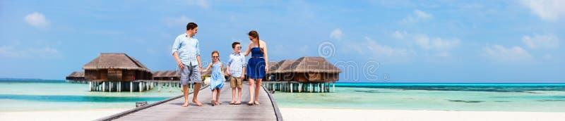 Familie op de vakantie van het luxestrand royalty-vrije stock afbeeldingen