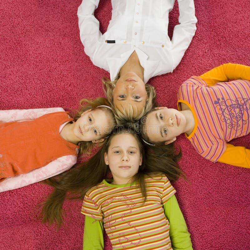 Familie op de vloer stock afbeelding