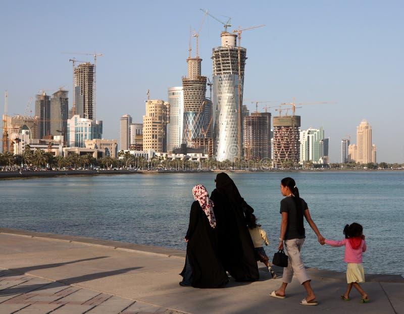 Familie op Doha Corniche royalty-vrije stock afbeeldingen