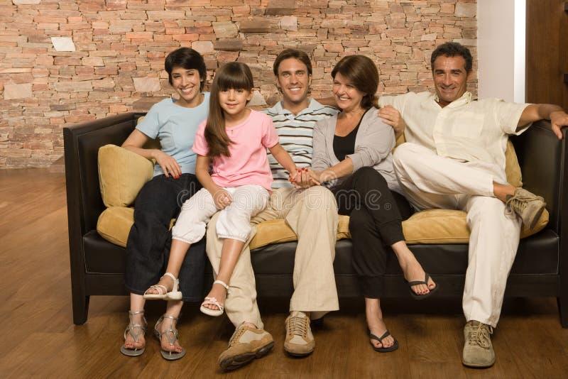 Familie op een bank stock afbeelding