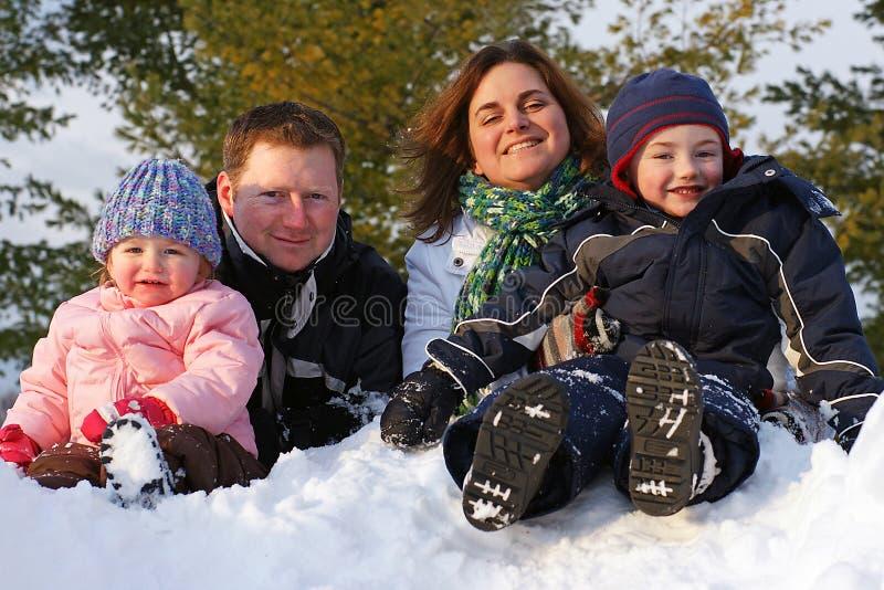 Familie op een Bank van de Sneeuw royalty-vrije stock fotografie