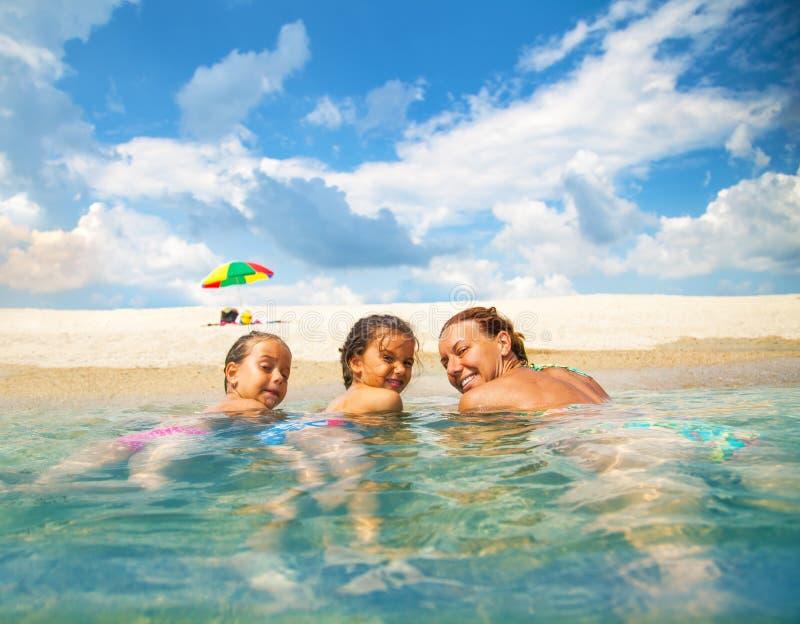 Familie op een mooi strand royalty-vrije stock fotografie