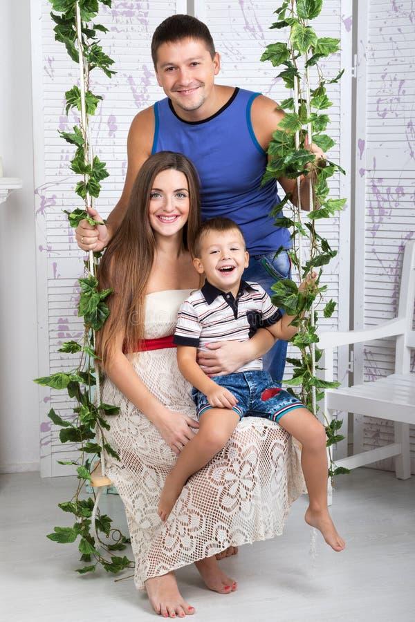 Familie op een schommeling royalty-vrije stock afbeelding
