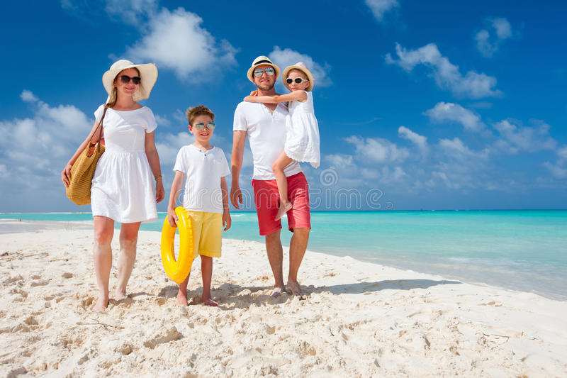 Familie op een tropische strandvakantie stock foto