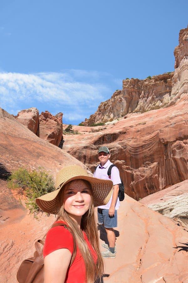 Familie op een wandelingsreis op de zomervakantie stock afbeelding