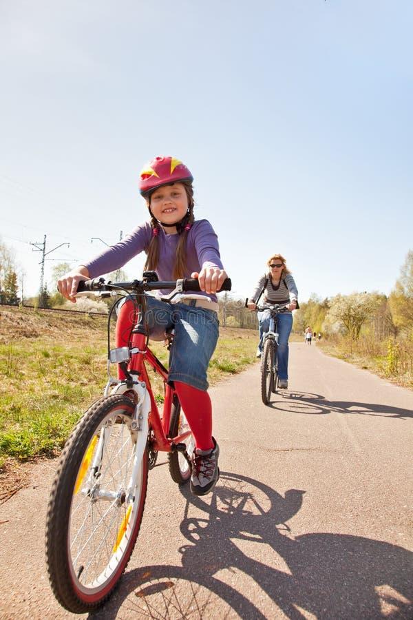 Familie op fietsen stock foto's