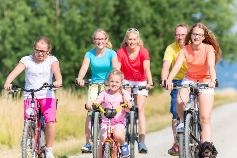 Familie op fietsen bij vuilweg royalty-vrije stock fotografie
