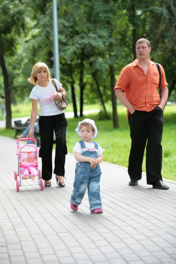 Familie op gang in de zomerpark stock fotografie