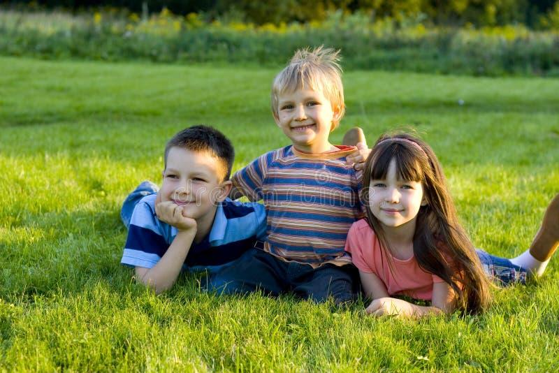 Familie op gras royalty-vrije stock fotografie