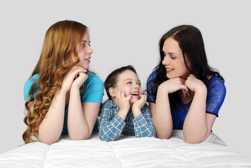 Familie op grijs royalty-vrije stock foto