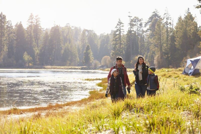 Familie op het kamperen reisgang dichtbij meer, die elkaar bekijken royalty-vrije stock afbeeldingen