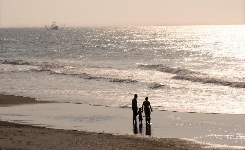 Familie op het strand royalty-vrije stock foto's