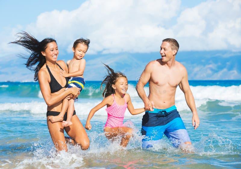 Familie op het strand stock foto