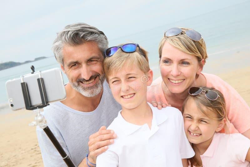 Familie op het strand die selfie maken royalty-vrije stock afbeeldingen