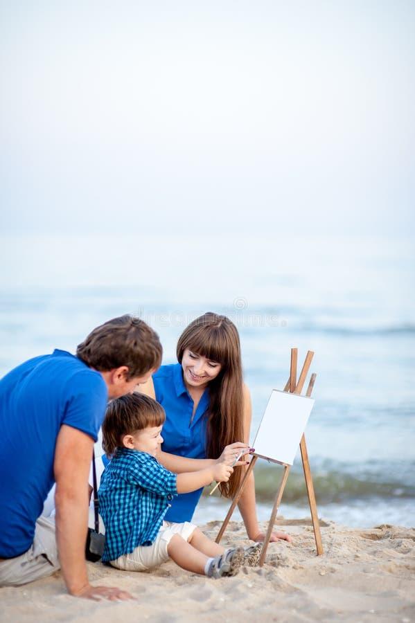 Familie op het strand een de zomerdag stock foto's