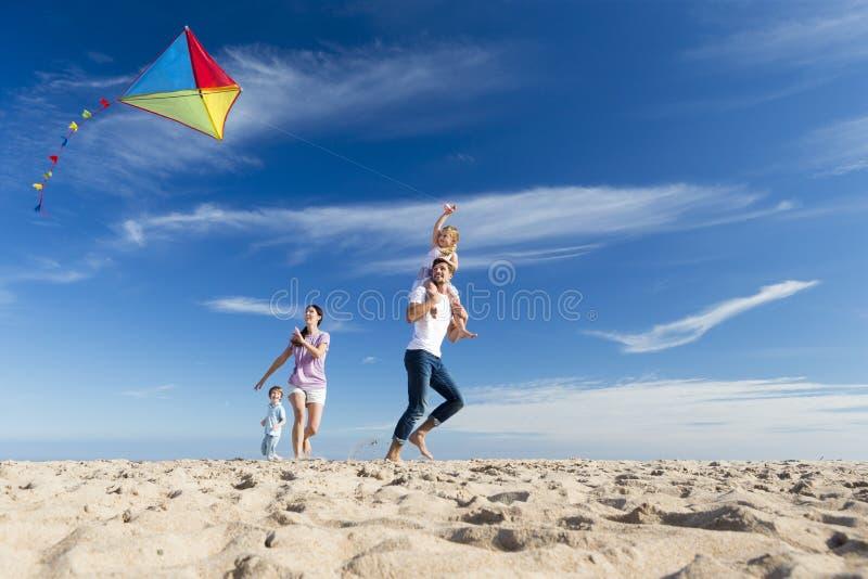 Familie op het Strand Flting een Vlieger royalty-vrije stock afbeelding
