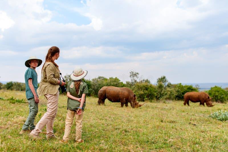 Familie op safari stock afbeelding