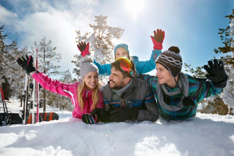 Download Familie Op Skivakantie Die Pret Hebben Stock Afbeelding - Afbeelding bestaande uit meisje, moeder: 107706479
