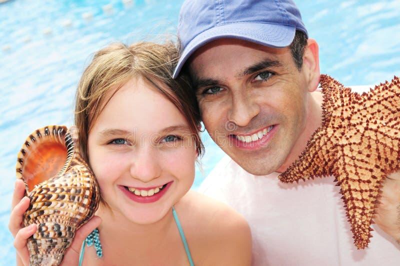 Familie op tropische vakantie stock foto