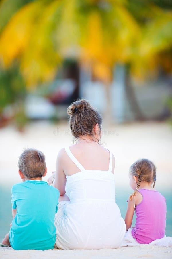 Familie op vakantie stock afbeelding