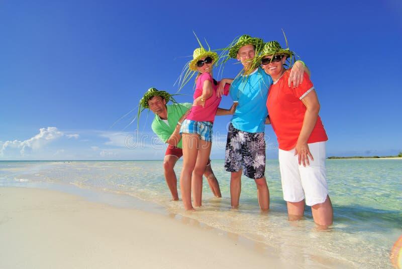 Familie op vakantie in Cuba stock foto's