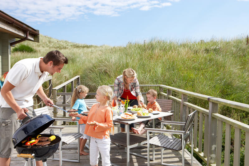 Familie op vakantie die barbecue heeft stock afbeelding