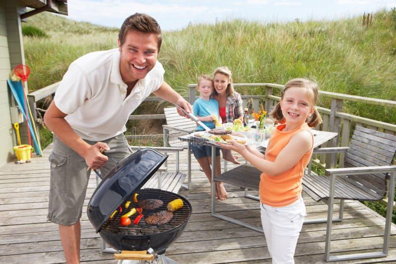 Familie op vakantie die barbecue heeft
